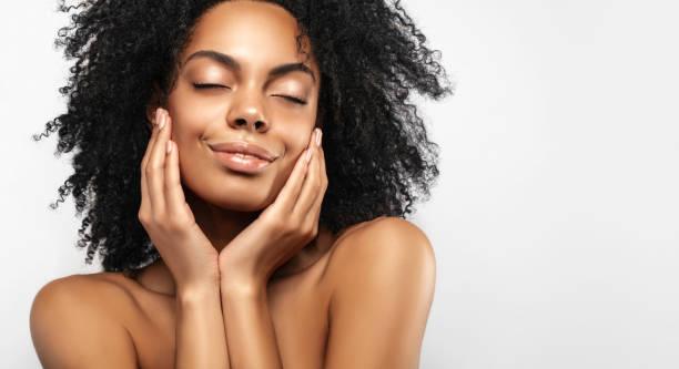 afroamerikanische hautpflegemodelle mit perfekter haut und lockigen haaren. beauty spa behandlungskonzept. web-banner mit kopierplatz - afrikanische masken stock-fotos und bilder