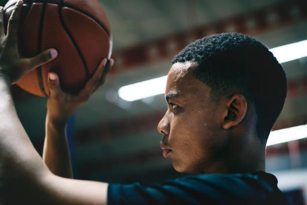 African American Teenager konzentrierte sich auf Basketball spielen – Foto