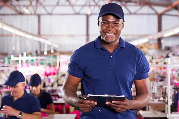 африканский американский текстильная рабочий, держа clipcoad - униформа стоковые фото и изображения