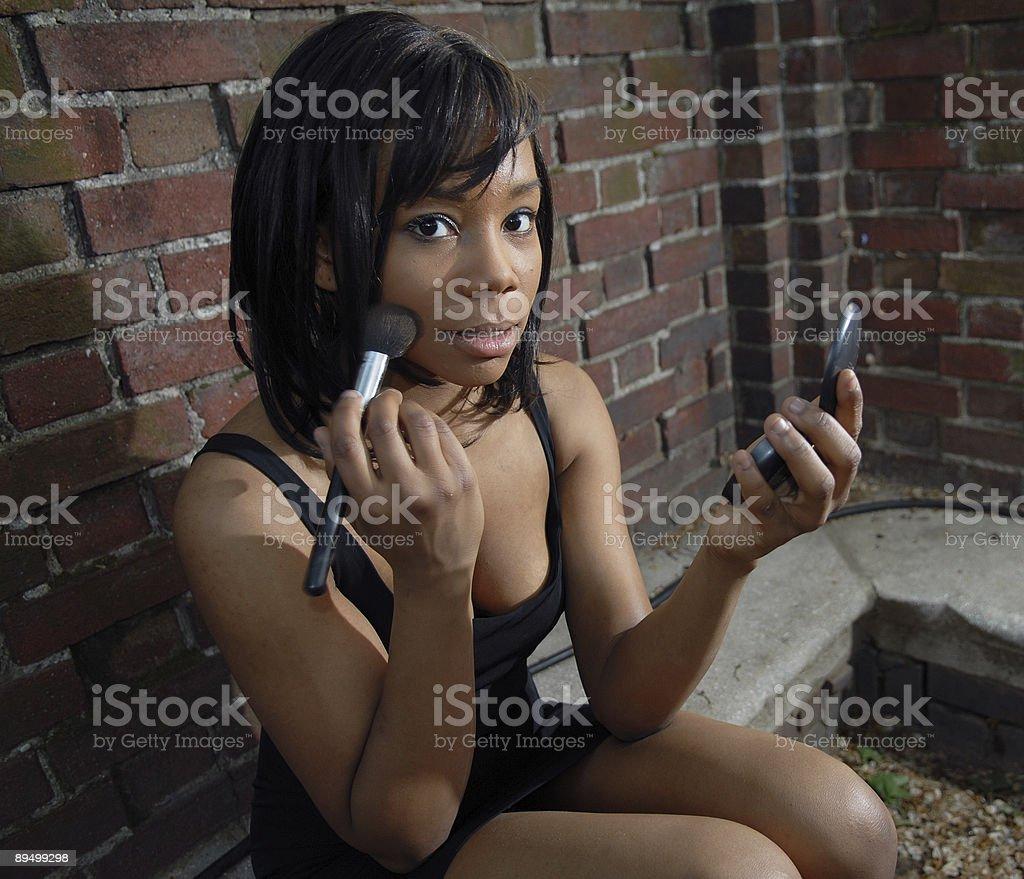 African American Woman Applying Makeup royaltyfri bildbanksbilder