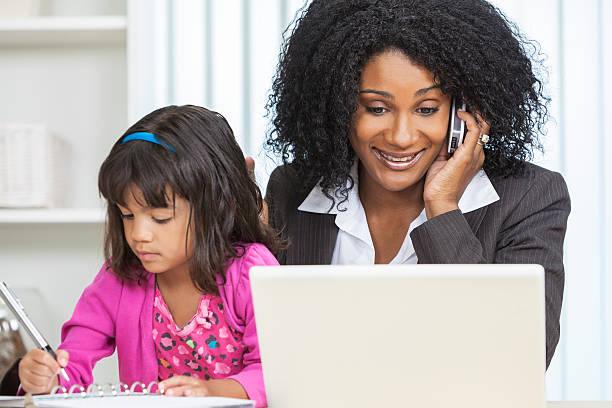 african american femme femme d'affaires téléphone portable enfant - femmes actives photos et images de collection