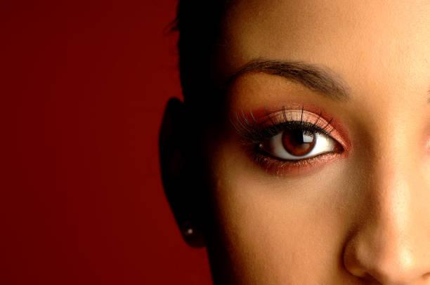 afrikanische amerikanische frau nahaufnahme porträt - braune augen stock-fotos und bilder