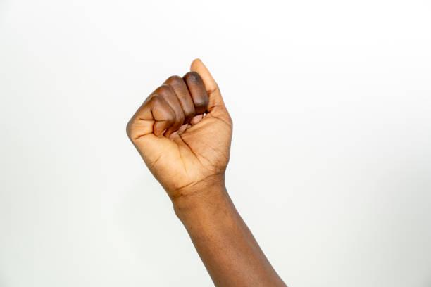 非裔美國人婦女手憤怒的拳頭手勢;隔離在白色背景上 - black power 個照片及圖片檔