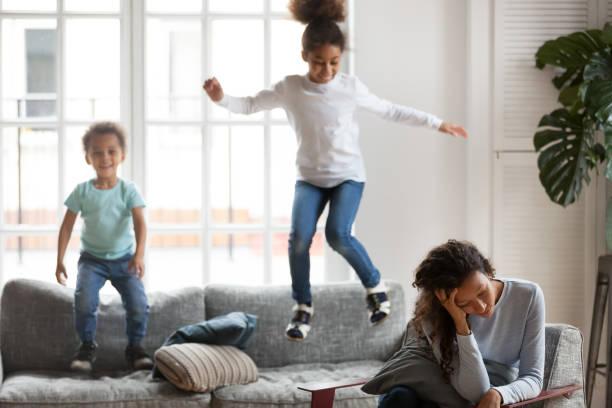 afrikanische amerikanische frau, die probleme mit kinder erziehung - lautbildungsspiele stock-fotos und bilder