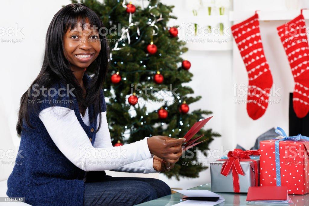 Amerikanische Weihnachtskarten.Afrikanische Amerikanische Frau Klärung Weihnachtskarten Stockfoto