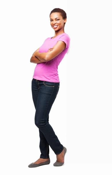 afro-americana donna in piedi con le braccia incrociate-isolato - appoggiarsi foto e immagini stock