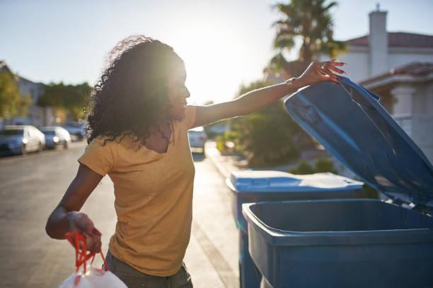 Afrikanische Amerikanerin, die den Müll in der Nachbarschaft las vegas herausnimmt – Foto