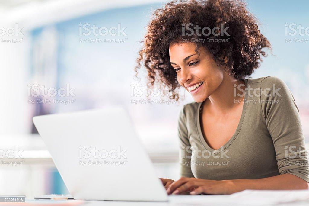 Afrikanische amerikanische Frau mit computer. – Foto