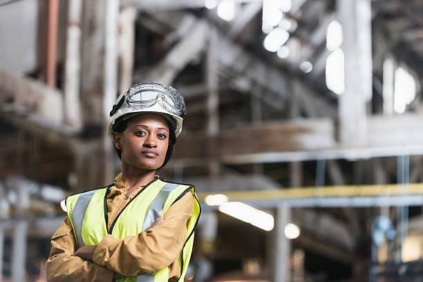 african american kobieta na sobie kask i kamizelkę - kask ochronny odzież ochronna zdjęcia i obrazy z banku zdjęć