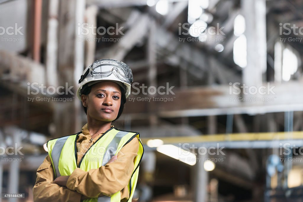 Афро-американских женщина в Строительная каска и защитный жилет стоковое фото