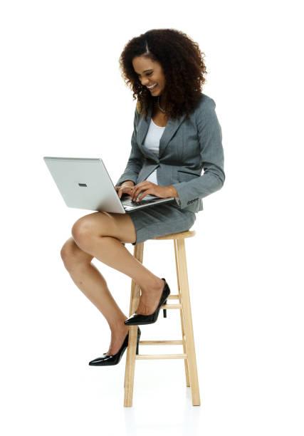 Afroamerikanische Frau mit schwarzen lockigen Haaren trägt einen Anzug auf weißem Hintergrund – Foto