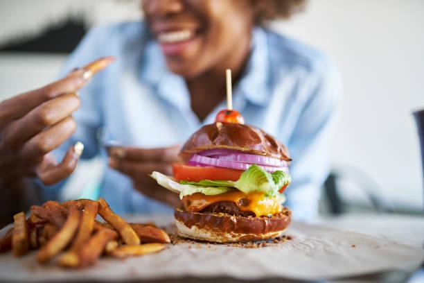 femme afro-américaine avec repas sans viande burger végétalien - Photo