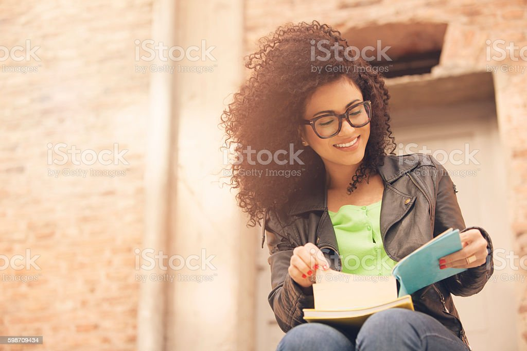 African american young woman with books - foto stock