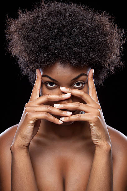 beauté africaine avec les mains sur le visage - black beauty photos et images de collection