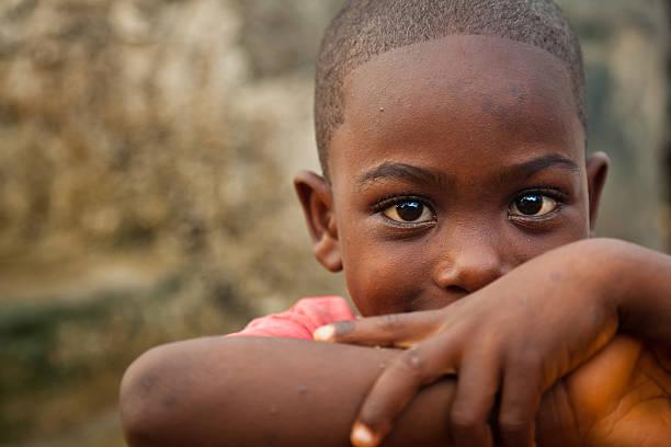 ragazzo africano - bambine africa foto e immagini stock