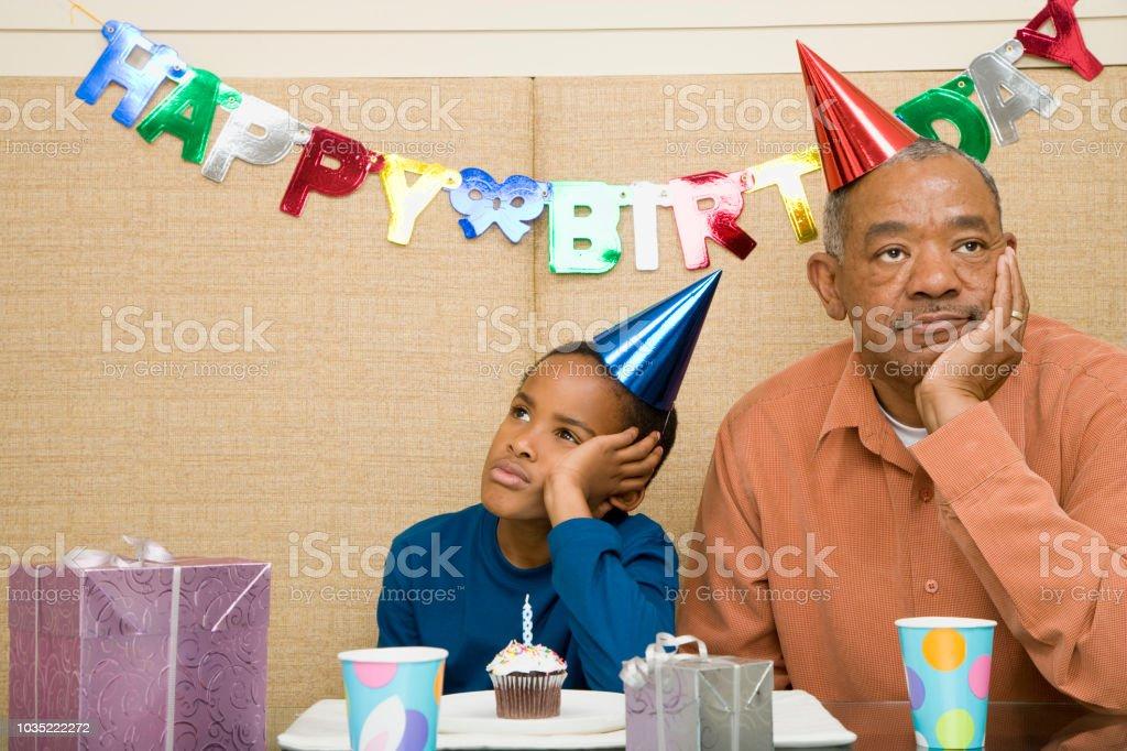 Afrikanischen Jungen mit Großvater und Cupcake auf Geburtstagsparty – Foto