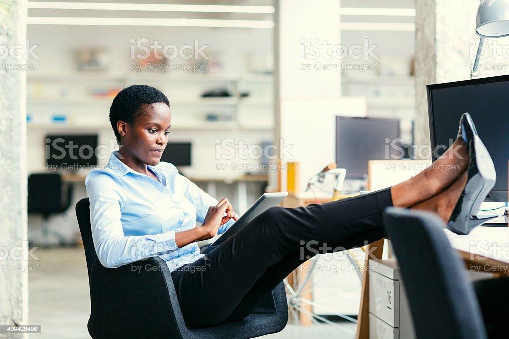 African Business-Frau mit Kaffeepause. – Foto