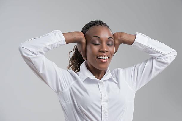 african business frau dehnen und entspannen sie nach einem langen arbeitstag - gedehnte ohren stock-fotos und bilder