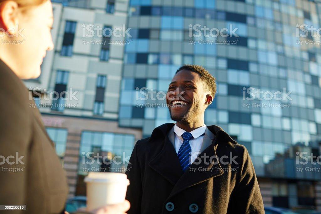 Afrikanischen Geschäftsmann im Chat mit Kollegen außerhalb – Foto