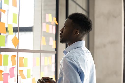 付箋を見つめる男性|KEN'S BUSINESS|ケンズビジネス|職場問題の解決サイト