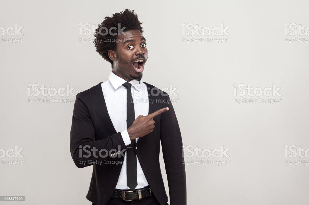 Afrikanischen Geschäftsmann Zeigefinger auf Textfreiraum. Studio gedreht, grauen Hintergrund – Foto