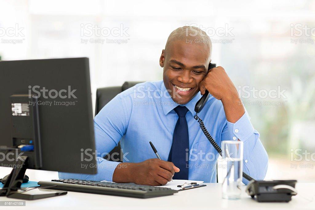 Homme d'affaires africain parler sur Téléphone à fil - Photo