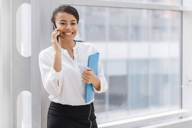 Afrikanische Geschäftsfrau telefoniert – Foto