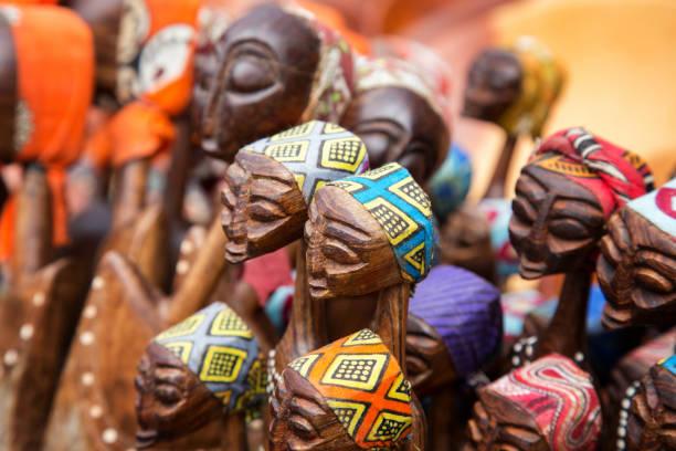 여자의 아프리카 조각된 그룹 - 사람 모형 제작물 뉴스 사진 이미지