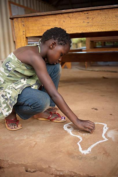 african dziecko rysunek z kredą - back to school zdjęcia i obrazy z banku zdjęć