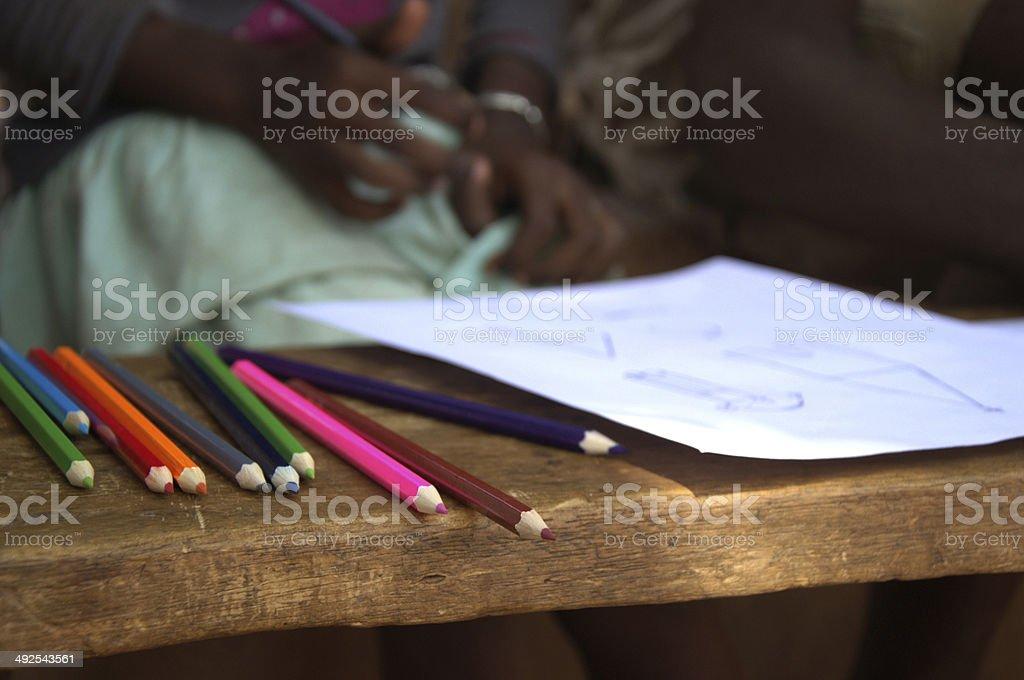 5e3e5e430b90 Afrikanische Kinder Zeichnen Mit Bleistiften Coulerful Stockfoto und ...