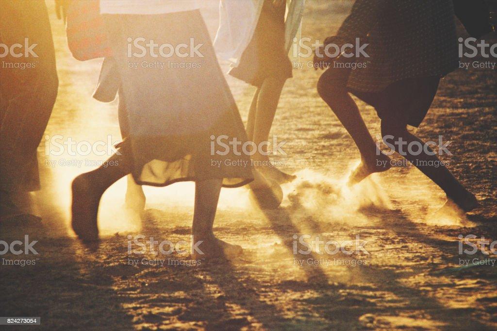 Afrikaanse kinderen Soccer voeten bij zonsondergang foto