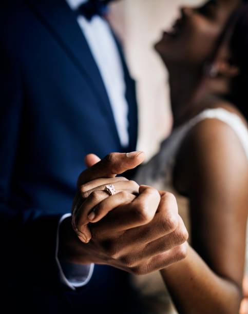 afrikanischer herkunft paare tanzen bei hochzeitsfeier - heiratsantragsring stock-fotos und bilder