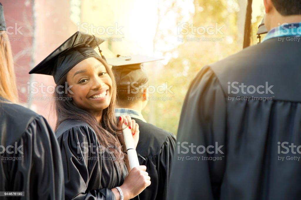facef28e5 Ascendencia africana colegio femenino estudiante la graduación en el campus.  foto de stock libre de