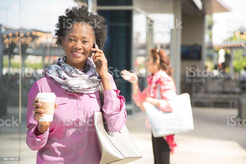 African descent, mature woman talking on cell phone in downtown city area. foto de stock libre de derechos