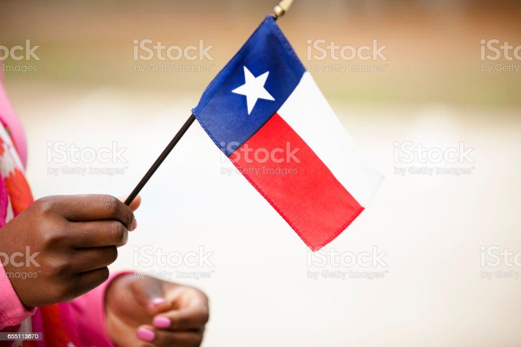 Mujer de ascendencia africana con Texas, bandera de Estados Unidos. - foto de stock