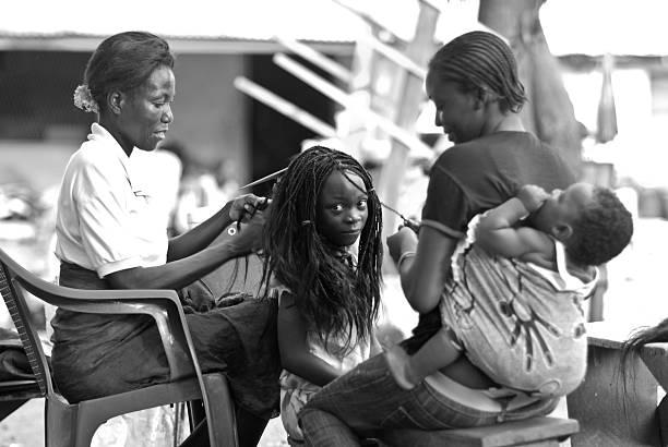 scène de coiffure afro famille - coiffure africaine photos et images de collection