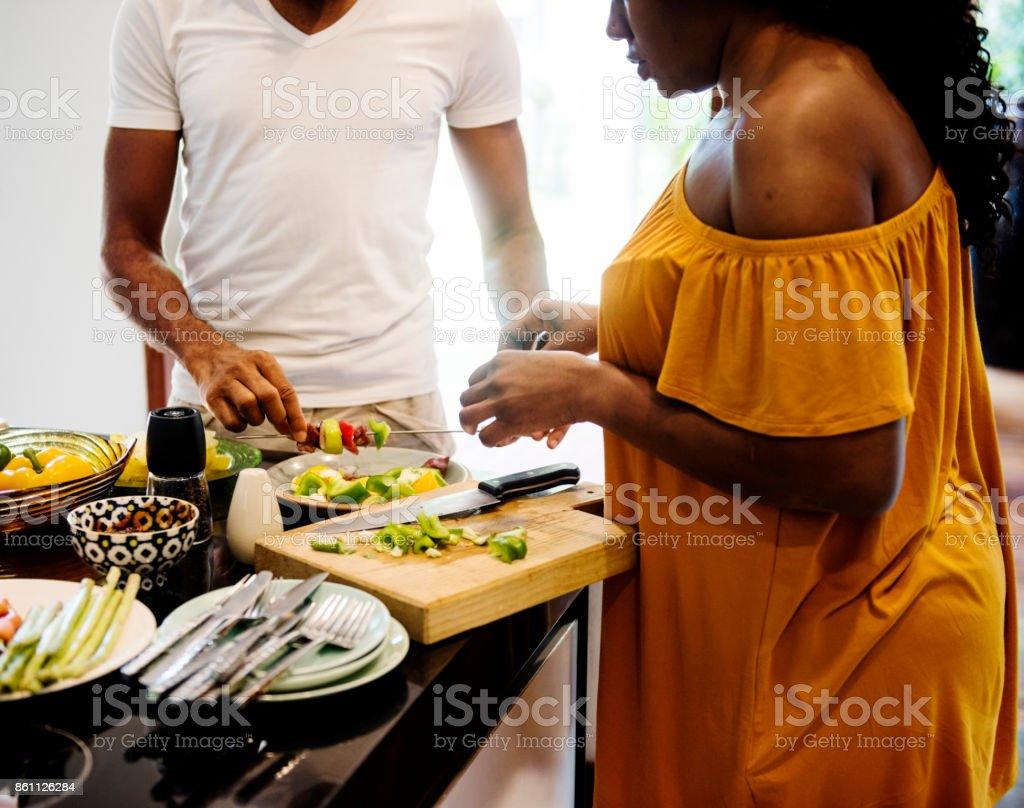 Familia Africana Preparar Barbacoa En La Cocina Juntos Foto