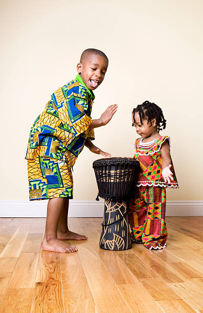 afrikanischer mode und spaß - ghana zöpfe stock-fotos und bilder