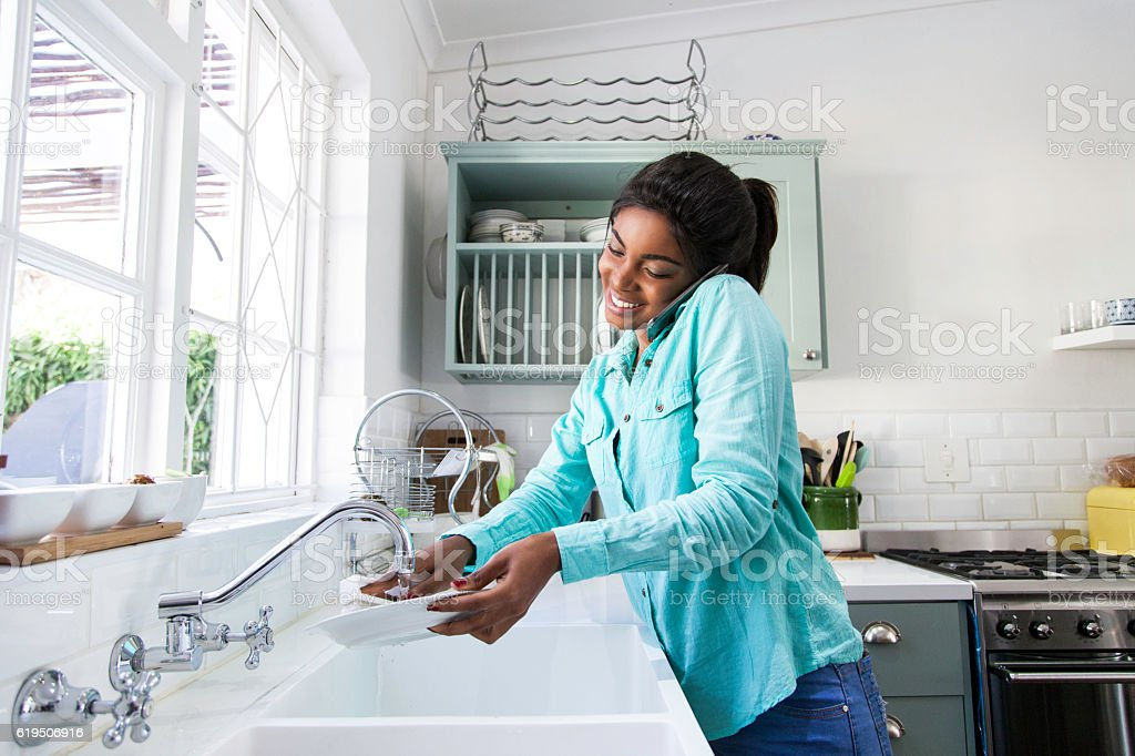 African female doing the dishes. foto