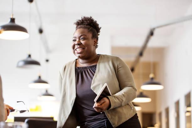 Afrikanische weibliche Führungskraft im Gespräch mit Kollegen – Foto