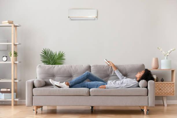 afrikansk hona som ligger på soffan använder 눉frukosten andas frisk luft - kvinna ventilationssystem bildbanksfoton och bilder