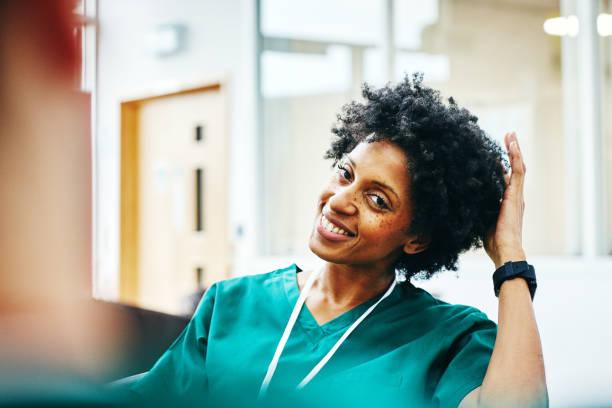 afrikanska kvinnliga medic avkopplande arbete pausen - ta en paus bildbanksfoton och bilder