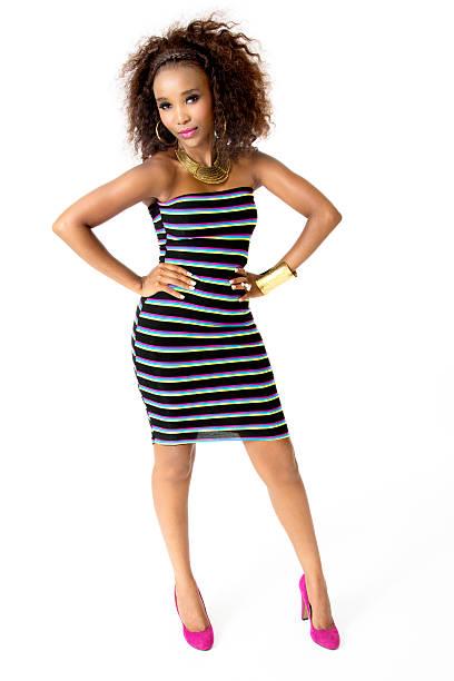 afrikanischer weibliche model trägt gestreifte kleid, gold-schmuck, ganzkörperansicht - goldgefüllte kette stock-fotos und bilder