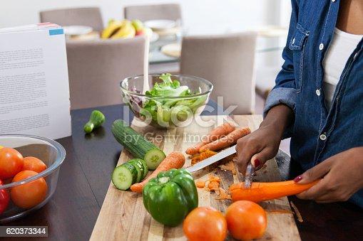 African Female Peeling Carrots - Stockowe zdjęcia i więcej obrazów 20-24 lata