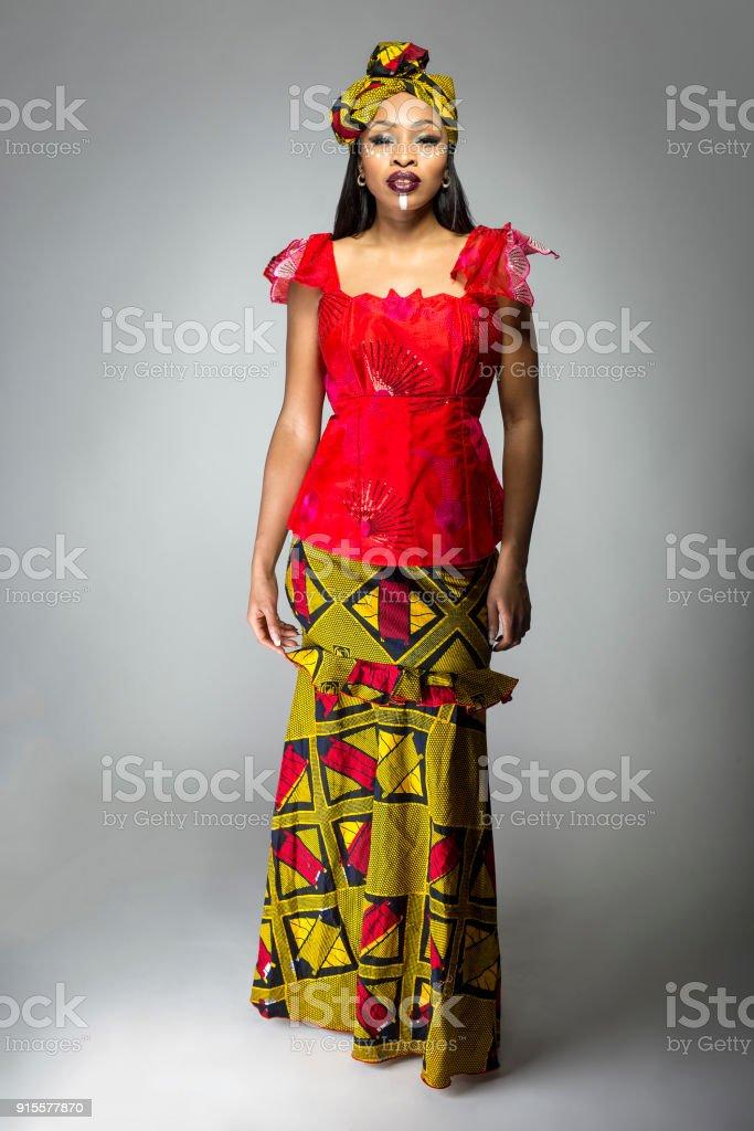 Afrikanische Frau mit schwarzen stolz in nigerianischen Kleid – Foto