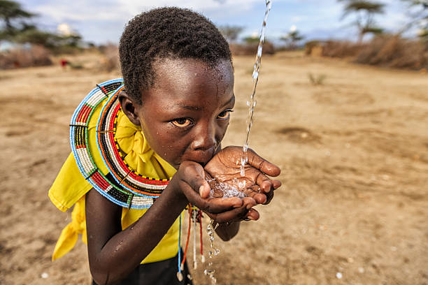 African girl from Samburu tribe drinking fresh water, East Africa foto