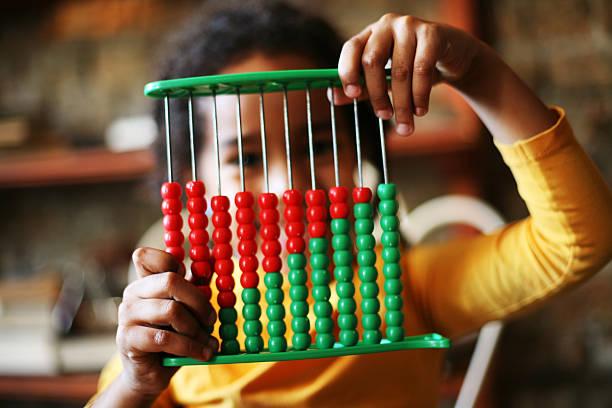 afrikanische mädchen lernen abakus. - wachstumstabelle baby stock-fotos und bilder