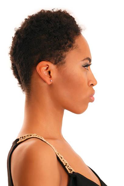 Afrikanische Mädchen auf weißem Hintergrund. Profil – Foto