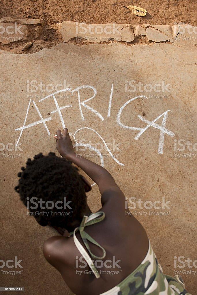 Afrykańska Dziewczyna pisania na podłodze – zdjęcie