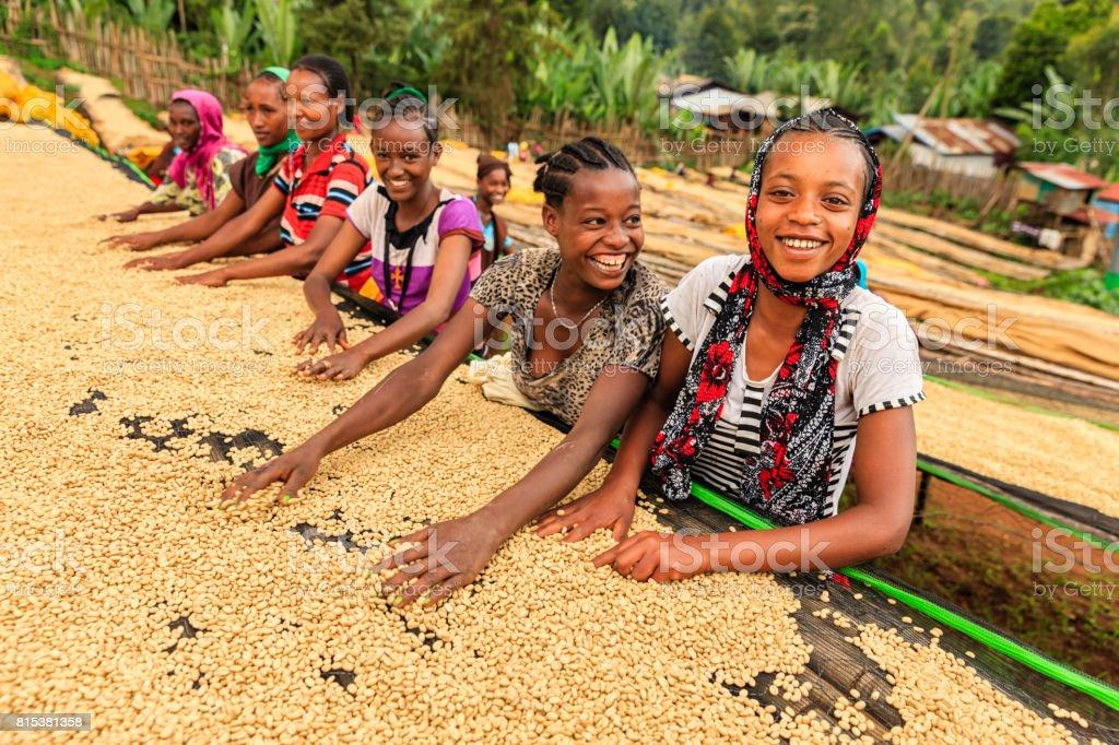 Filles africaines et des femmes tri des grains de café, Afrique de l'est - Photo